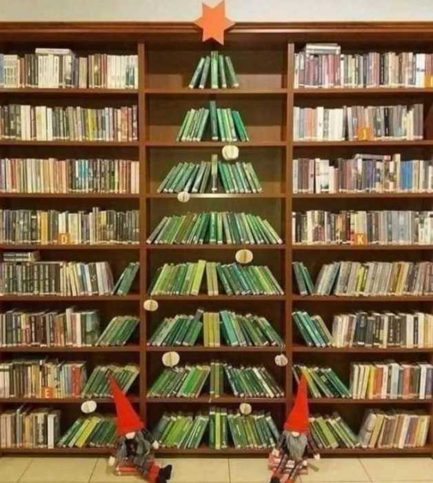 Новогодняя ёлка из книг в польской публичной библиотеке.