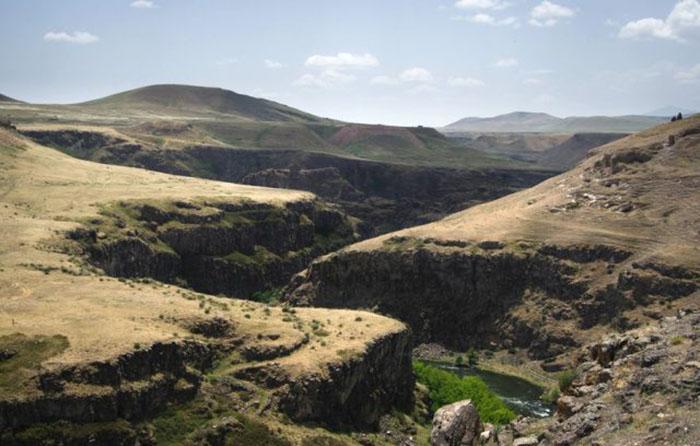 Замок Богородицы, виден в центре на скалах над рекой Ахурян.