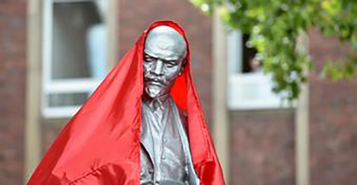 Памятник Ильичу, любовно укрытый красным флагом.
