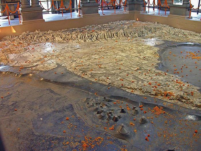 Карта огромная и занимает почти весь пол храма.