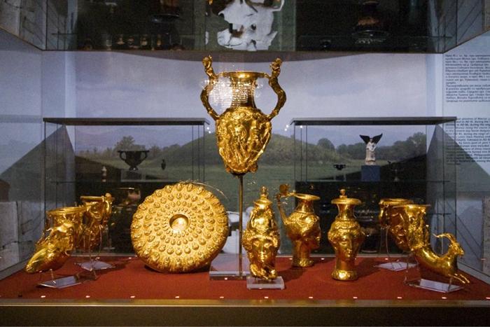 Сокровища выставляют в стеклянных витринах музея.