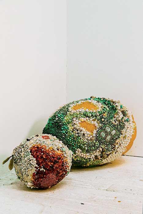 Две крупные фруктовые работы Райан: апельсин (2019), украшенный сердоликом, змеевиком и амазонитом; и лимон (2019), инкрустированный авантюрином, дымчатым кварцем и аметистом.