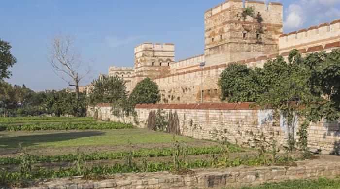 Городские стены были построены в V веке во время правления Феодосия II.