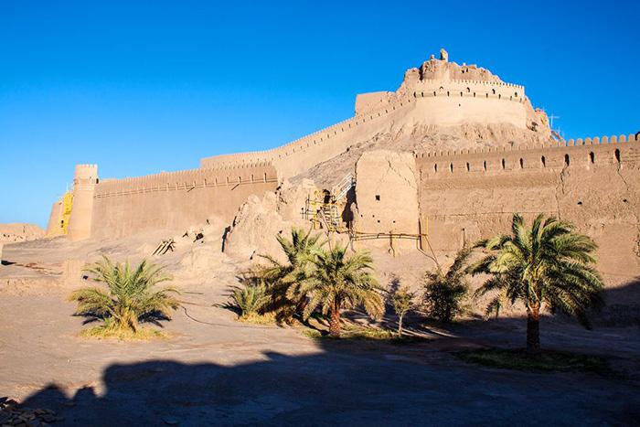 Окончательно забросили крепость уже в 20 веке, до этого тут всё время кто-то жил.