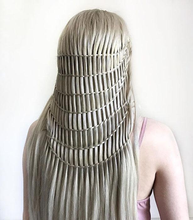 Начинала девочка с плетения браслетов.