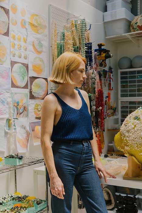 Кэтлин Райан в своей студии за работой.