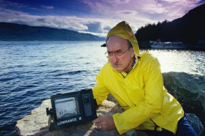Учёный Тейн Смит Лоуранс с гидролокатором во время одной из многочисленных попыток отыскать легендарного Лох-Несского монстра, Шотландия, февраль 1999 года.