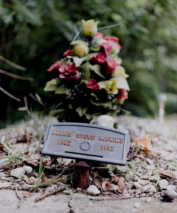 Отец Деандре, Стив Хопкинс умер, когда дети были совсем маленькими.
