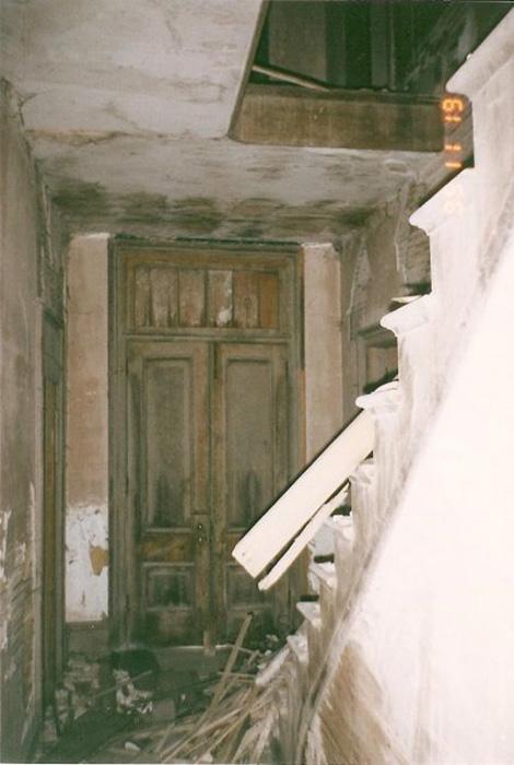 Полуразвалившийся интерьер особняка Футов. Здесь изображено то, что когда-то было центральным залом дома.