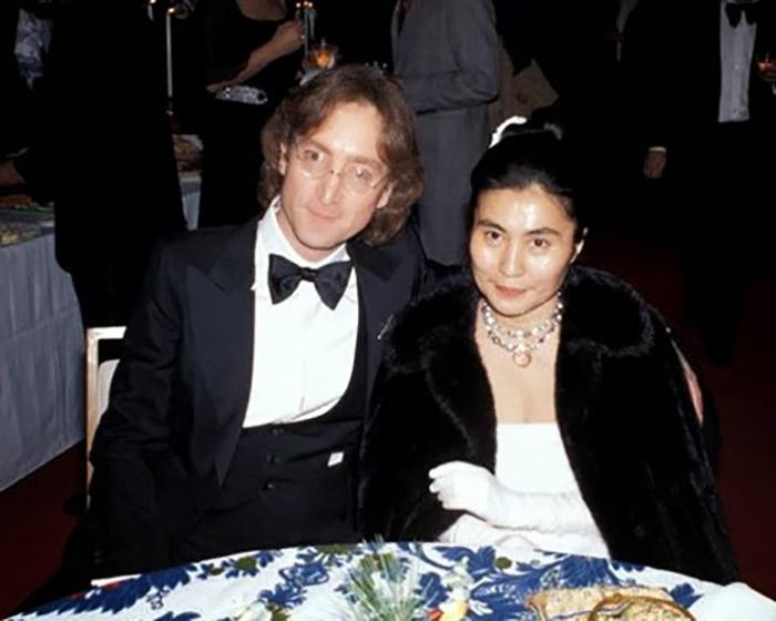 Джон Леннон одел смокинг и стал участвовать в благотворительных концертах.