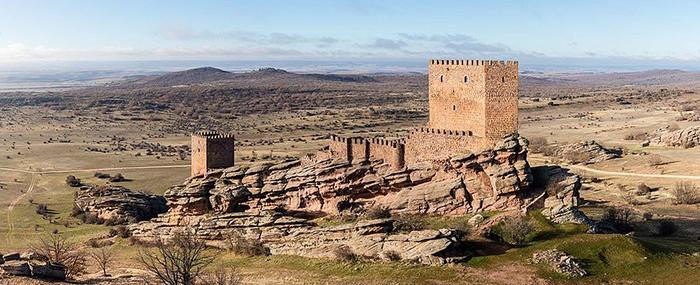 Местность вокруг замка - это пологие луга и песчаники.