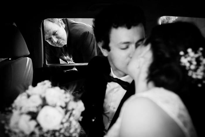 Отец до сих пор не может привыкнуть, что есть некто, кто целует его девочку.