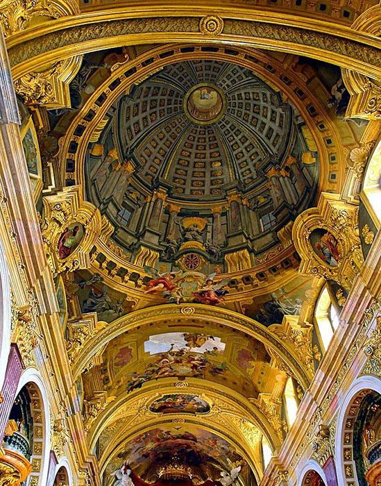 Сверхнатуральный потолок Церкви иезуитов с его поддельным куполом.