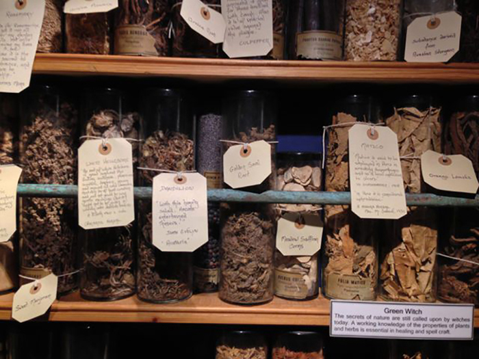 Колдовство и исцеление (лечебные зелья) - Музей чародейства и магии, Боскасл, Девон, Англия.