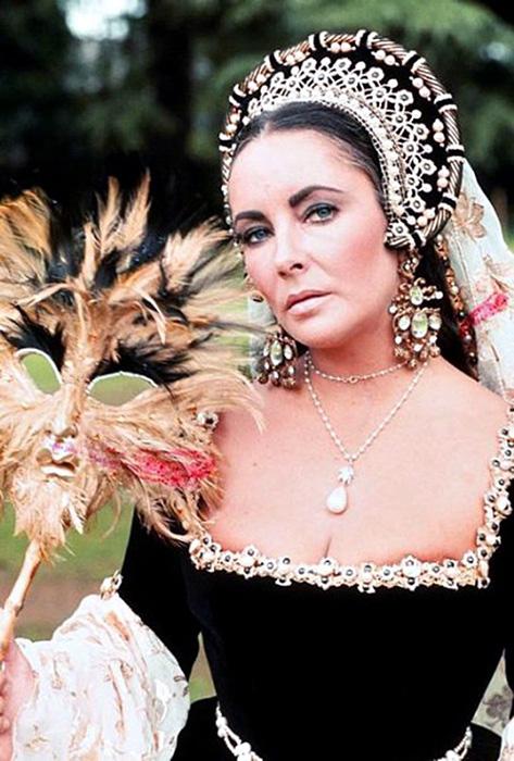 Украшение доставило Элизабет немало хлопот, но оно было любимым. За что и удостоилось увековечивания не в одном фильме с Тэйлор.