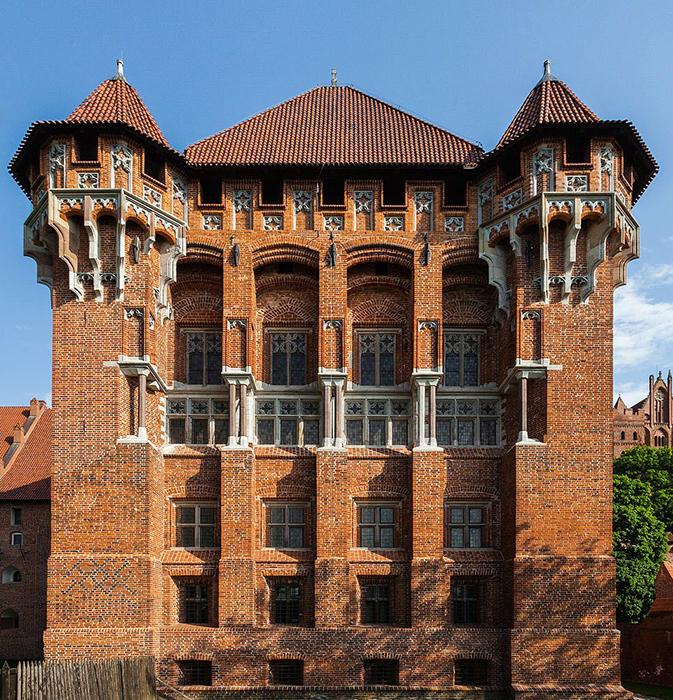 Прекрасная готическая архитектура замка впечатляет даже видавших виды путешественников.