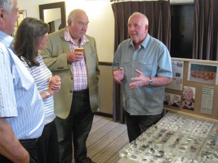 Морис Ричардсон показывает свои находки Ротари-клубу долины Бельвуар.
