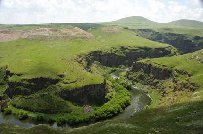 Замок Богородицы в центре на скале над рекой Ахурян.