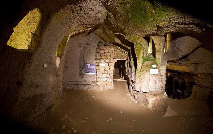 Подземные туннели и помещения активно посещаются туристами.