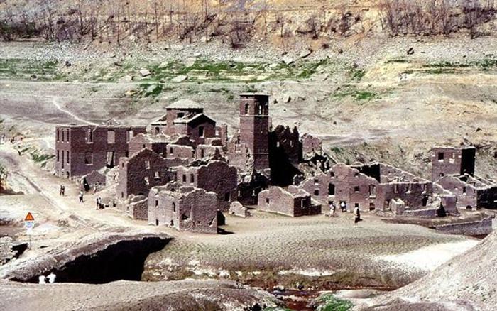 Затопленная деревня Fabbriche di Careggine после того, как озеро было осушено.
