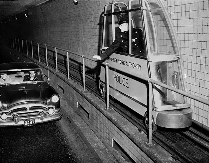 В 1955 году этот крошечный электрический поезд с узкой колеёй был установлен в одном из туннелей в Нью-Йорке для контроля скорости движения автомобилей.