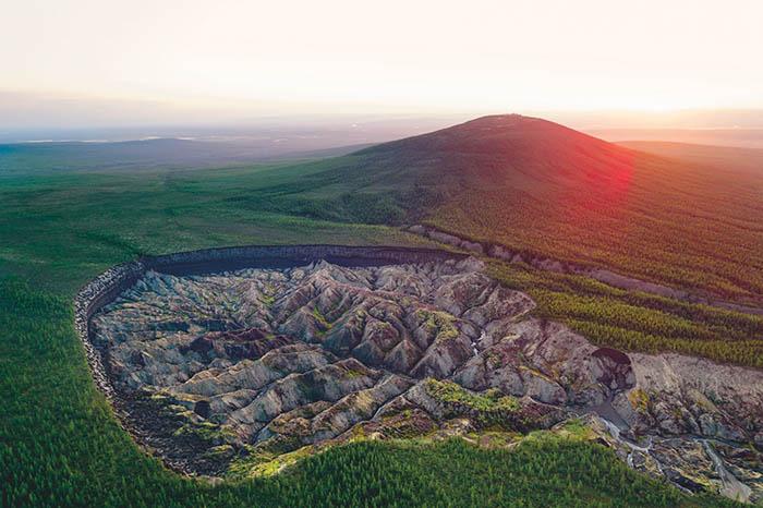 Глобальное потепление увеличивает Батагайский кратер, уничтожая вечную мерзлоту, которая выбрасывает в атмосферу углерод.