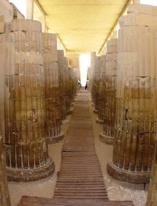 Величественные колонны гробницы фараона Джосера.