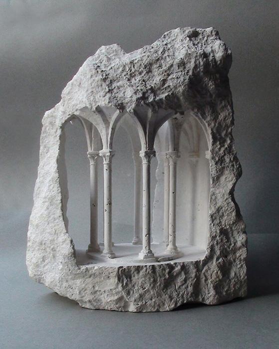 Поражает контраст между обработанной и необработанной частью камня.