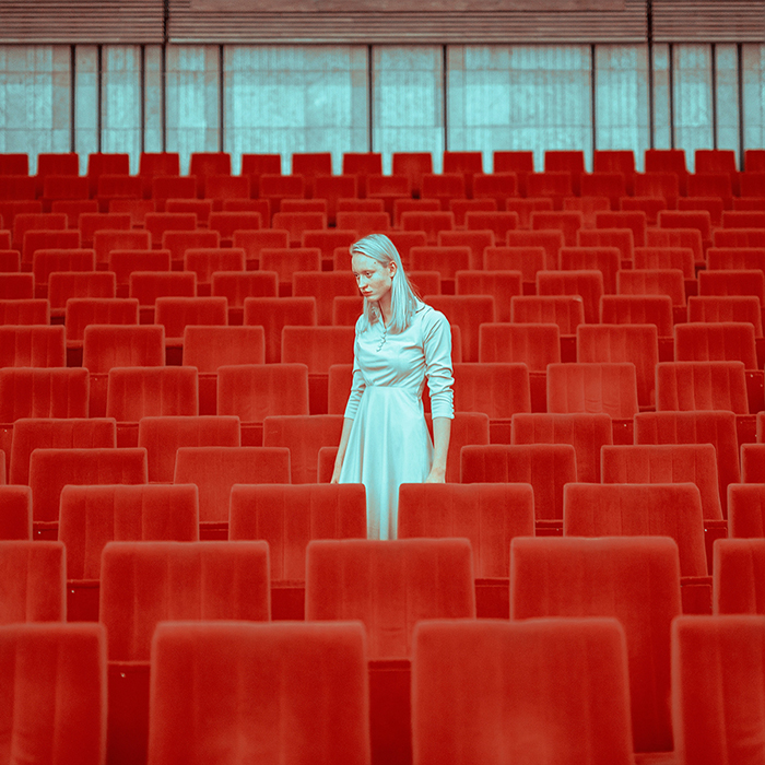 Чувство одиночества, изоляции и доли тревоги наполняет собой атмосферу.