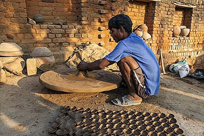 Гончар делает глиняные сосуды для Дивали.