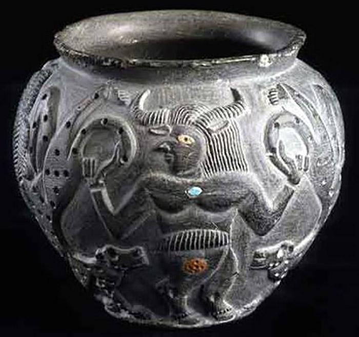 Изображения на предметах перекликаются с сюжетами аккадских мифов.
