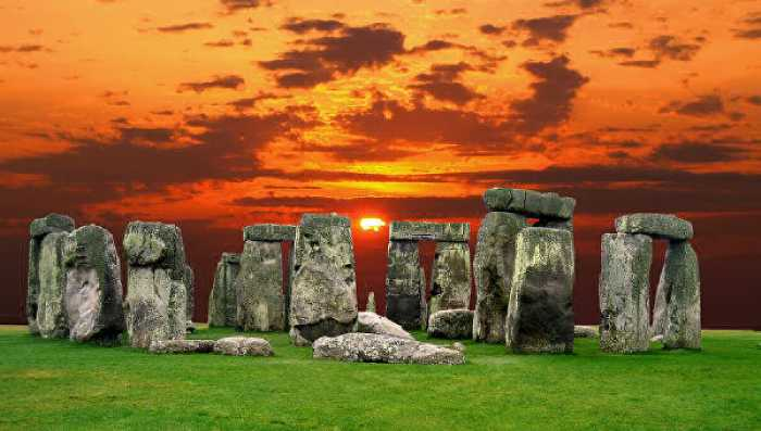 Таинственный древний мегалит на закате.