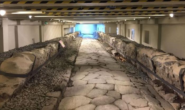 Древняя римская дорога, обнаруженная при строительстве Макдональдса в деревне недалеко от Рима.