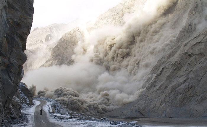 Оползень, возникший в результате землетрясения, разрушил шоссе.