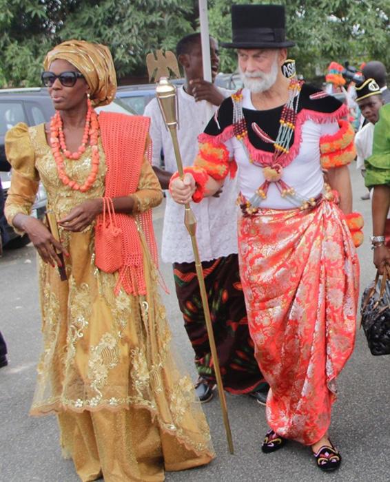Принц Майкл Кентский нарядился в наряд Эфика, когда посетил Калабар в 2017 году.