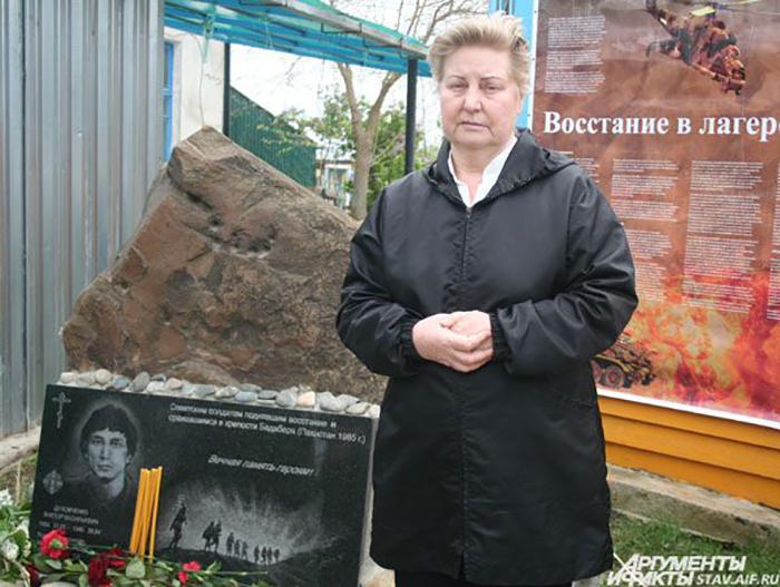 Вдова Виктора Духовченко у мемориала погибшим героям Бадабера.