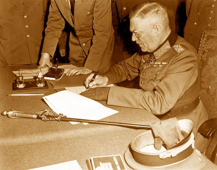 Вильгельм Кейтель подписывает договор о капитуляции.