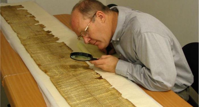После обнаружения подделки, Стив Грин решил проверить на подлинность все артефакты, хранящиеся в музее.