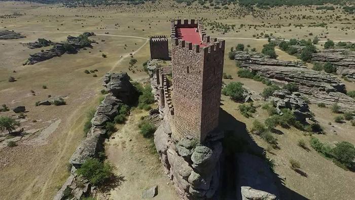 От замка требовалась не только надёжная защита, в случае осады нужна была возможность занять выгодные позиции для обороны.