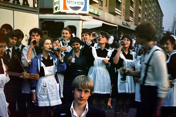 Выпускники празднуют окончание школы, Москва, 1981 год.