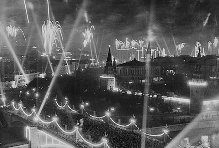 Праздничный салют в Москве 9 мая 1945 года.