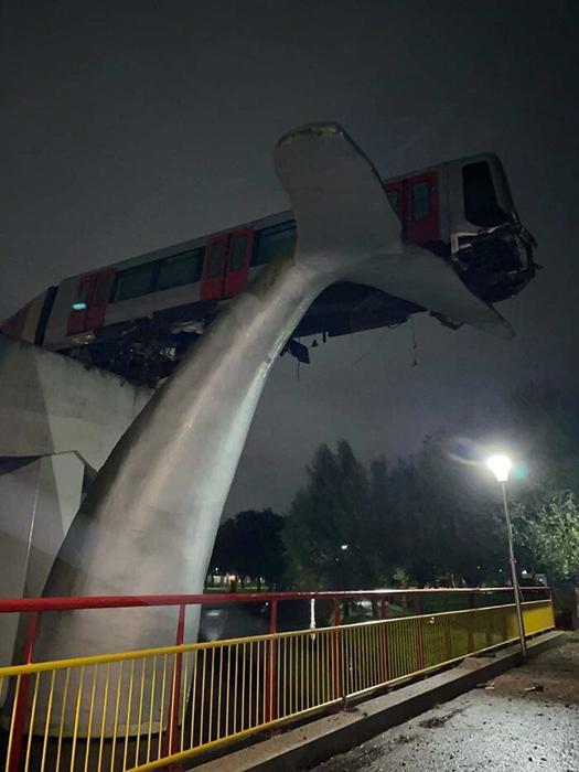 Поезд после неудачной остановки оказывается на вершине статуи гигантского кита!