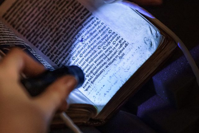 Ультрафиолетовый свет показывает скрытые надписи в книге.