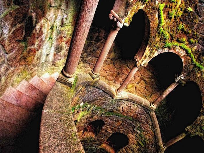 Башня масонов. Согласно легенде, здесь, в таинственном колодце глубиной 27 метров, напоминающем перевёрнутую башню, масоны проводили свои обряды инициации.