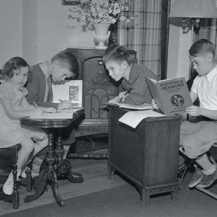 Дистанционное обучение в те годы проходило по радио.