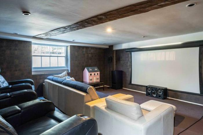Кинотеатр расположен на цокольном этаже, вместе с игровой комнатой, велнес-люксом и винным погребом.