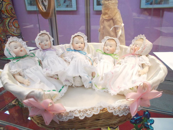 Сувенирные куклы-пятерняшки.