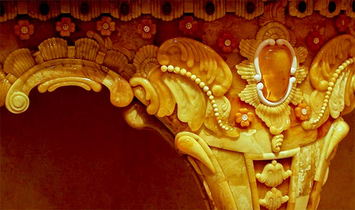 Восстановление Янтарной комнаты - результат многолетнего кропотливого труда реставраторов.