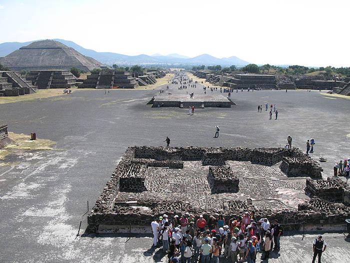 На площади жрецы, вероятно, проводили религиозные мероприятия.