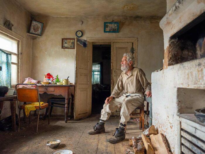Деревенский дедушка, как-будто сошедший с дореволюционной романтической картины.